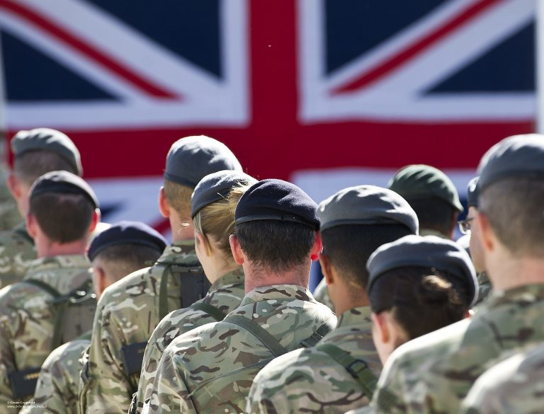 """Escándalo de seguridad en el Reino Unido: Documentos clasificados de Defensa son """"olvidados"""" en una parada de autobús"""
