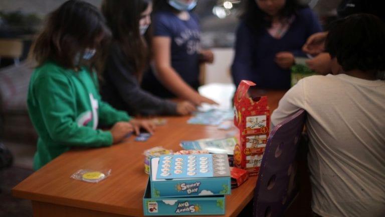 Niños del campamento 17 de mayo reciben donación de juegos de mesa para escuela comunitaria
