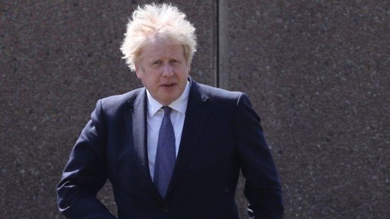 Bebé con frondosa cabellera rubia es confundido con el primer ministro de Reino Unido