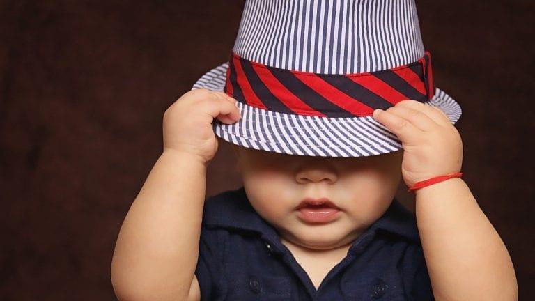 Inteligente niño de un año es capaz de identificar sin problemas diferentes formas