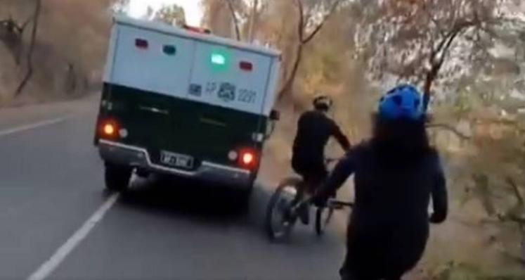 """Fundación Emilia pide investigar a vehículo de Carabineros por """"violencia vial"""""""