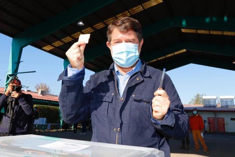 """Con el voto de la derecha gana el """"mal menor"""" en la Metropolitana: 52,71% Orrego y Oliva 47,29%"""