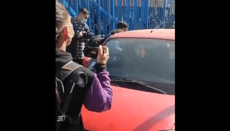 """Boric fue golpeado y funado al visitar a detenidos del """"estallido social"""" en penal Santiago 1"""