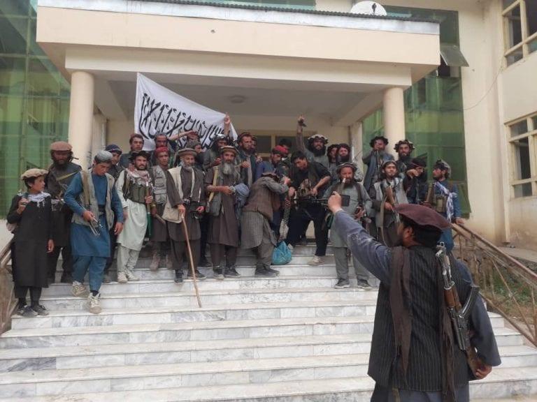 Afganistán: Tras retiro de tropas de EEUU, Talibanes retoman control del país y fuerzas regulares del gobierno huyen