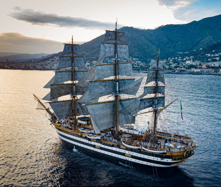 Italia: 20 tripulantes del Amerigo Vespucci dan positivo para Covid y harán cuarentena en La Spezia