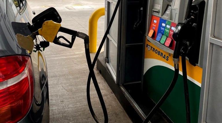 Informe de IEA: Alza de precio del petróleo puede acelerar el cambio a vehículos eléctricos