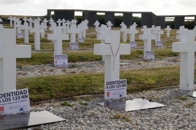 Argentina avanza con el Reino Unido y la CRIC para identificar tumbas de soldados argentinos sepultados en las Falkland tras la guerra de 1982