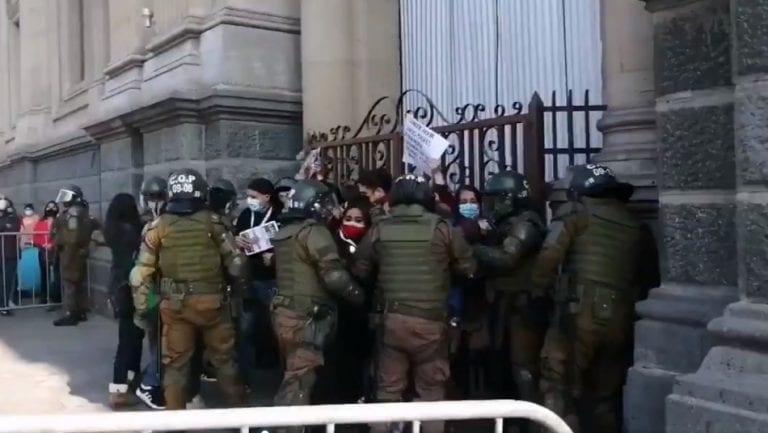 """Detienen a dos convencionales de la Lista del Pueblo en medio de manifestaciones de familiares de los llamados """"presos de la revuelta"""""""