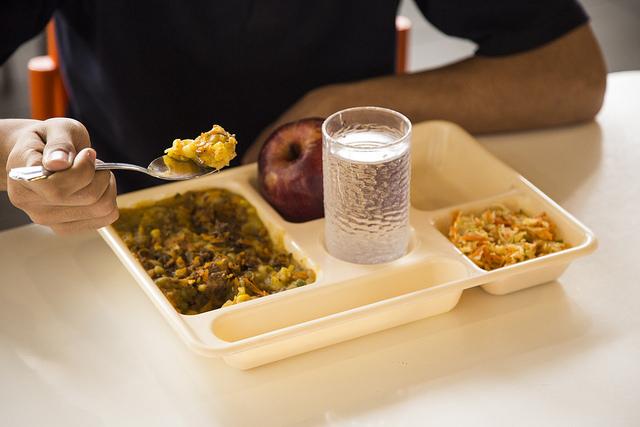 El plan de Junaeb para combatir la obesidad: Bajará raciones de pan y aumentará las proteínas