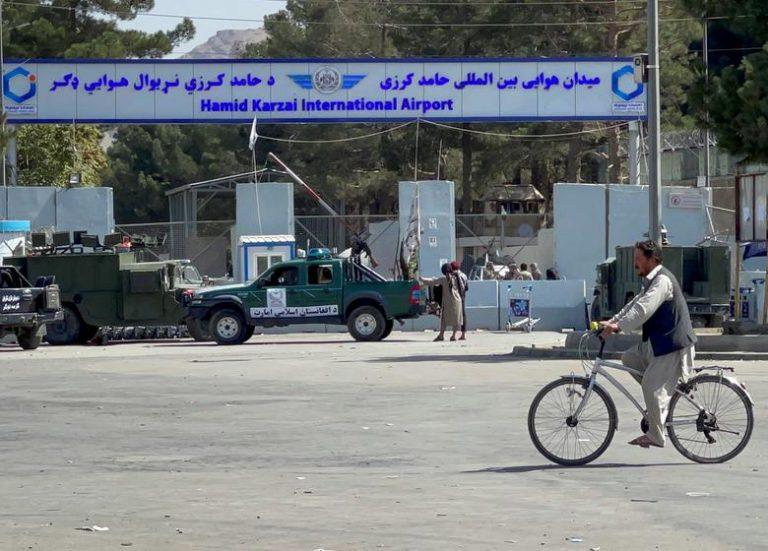 Afganistán: Talibanes cierran aeropuerto de Kabul  y puente aéreo de rescate es incierto