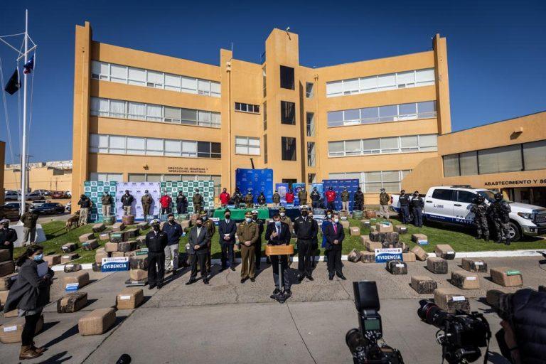 Operativo conjunto permite incautar 2 toneladas de droga avaluada en más de $16 mil millones en San Antonio y Santiago