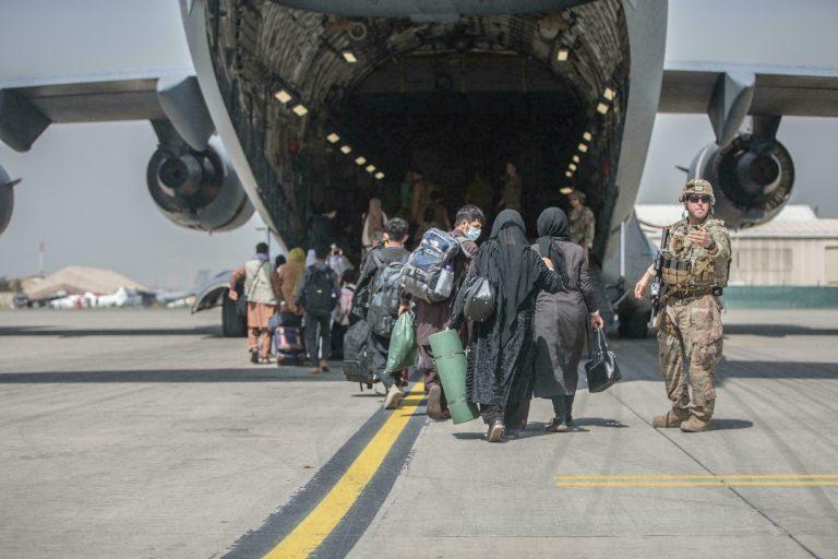 El último avión estadounidense salió de Afganistán tras casi 20 años de ocupación en el país