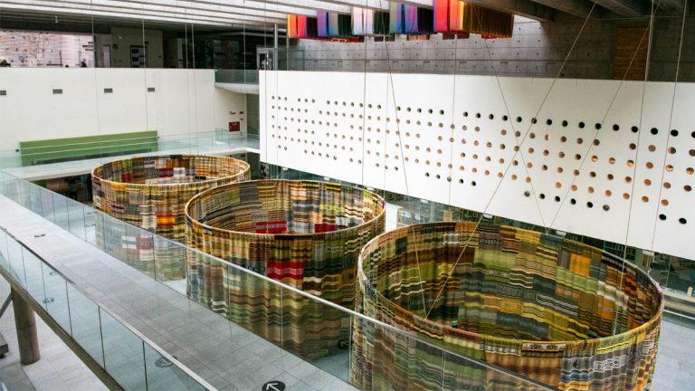 Centro Cultural La Moneda acoge exposición de casi 1.000 tejidos mapuche