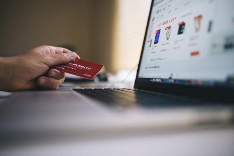 """Malas prácticas: Sernac detecta uso de """"Patrones Oscuros"""" en sitios web para incentivar compras"""