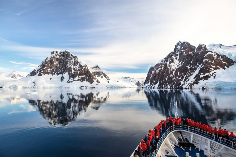 Empresa de cruceros de lujo deja Ushuaia por Punta Arenas y Puerto Williams para sus viajes a la Antártida