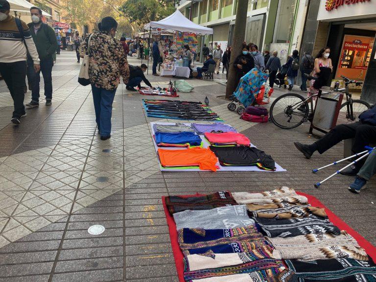 """Gobernador Orrego dice que permisos a ambulantes en Santiago es una medida """"bien inspirada"""" pero """"que va en la dirección incorrecta"""""""