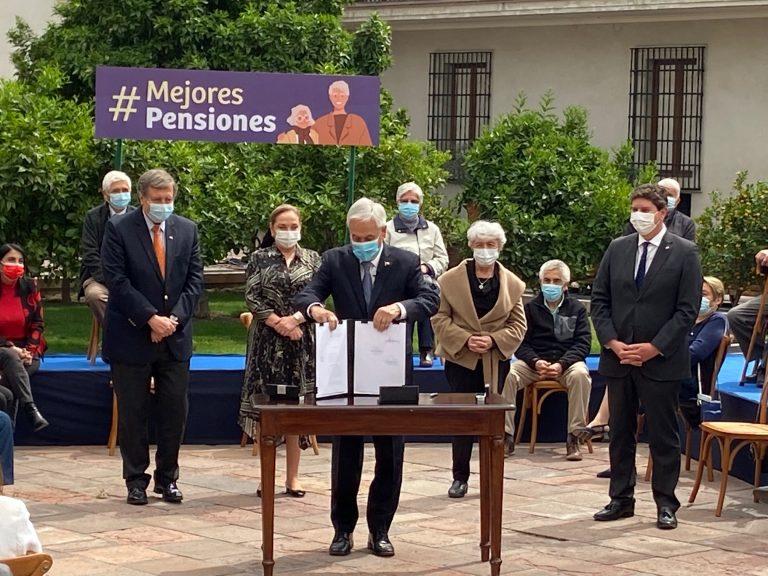 Presidente firmó proyecto de ley corta de pensiones: ingresará por la Cámara con discusión inmediata