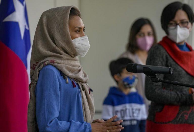 Prensa mundial destaca: Llega a Chile la primera refugiada afgana