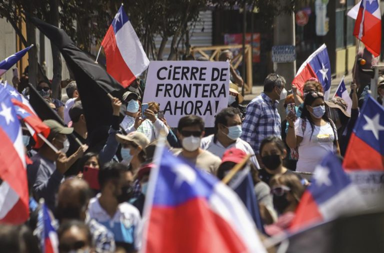 """Marcha contra migrantes en Iquique fue noticia mundial: """"Centenares se manifiestan contra migrantes en norte de Chile"""""""