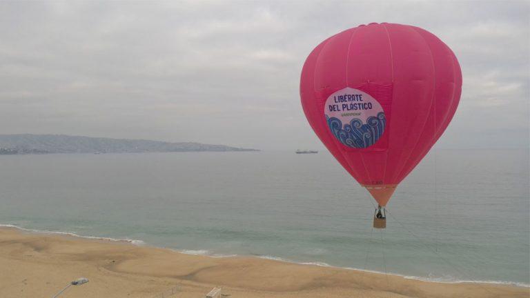 Greenpeace eleva  un globo aerostático para solicitar a los comercios un mayor control  en la comercialización de plástico