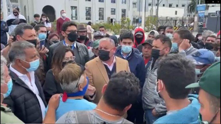"""""""El modelo es violento, esa weá es violenta"""": Gobernador Mundaca justificó actuar de pescadores en medio de la tensión por incidentes en Valparaíso"""