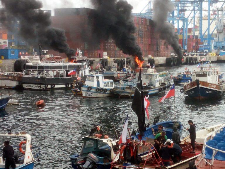 Pescadores artesanales protagonizan violentas protestas en el puerto de Valparaíso