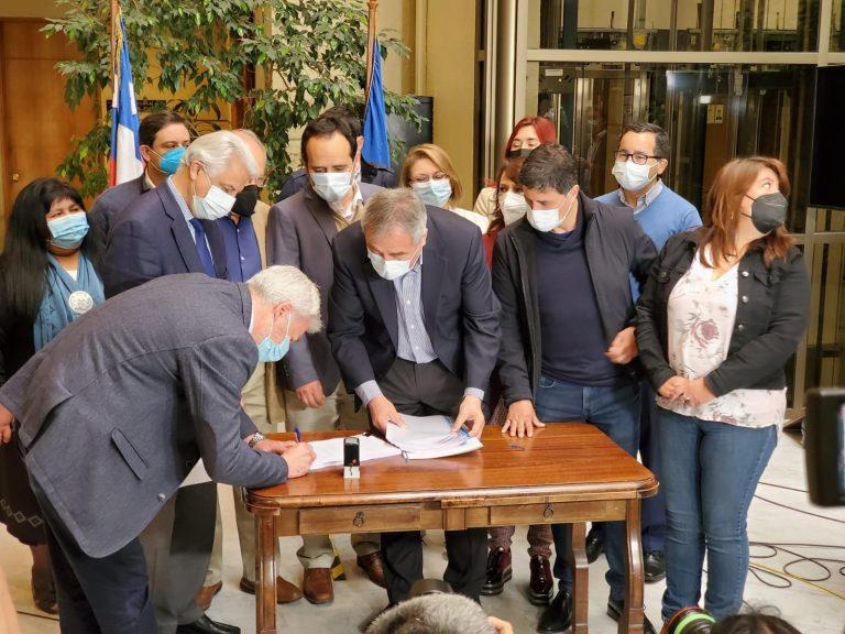 Diputados de oposición cumplen con lo prometido y presentan acusación constitucional contra Piñera