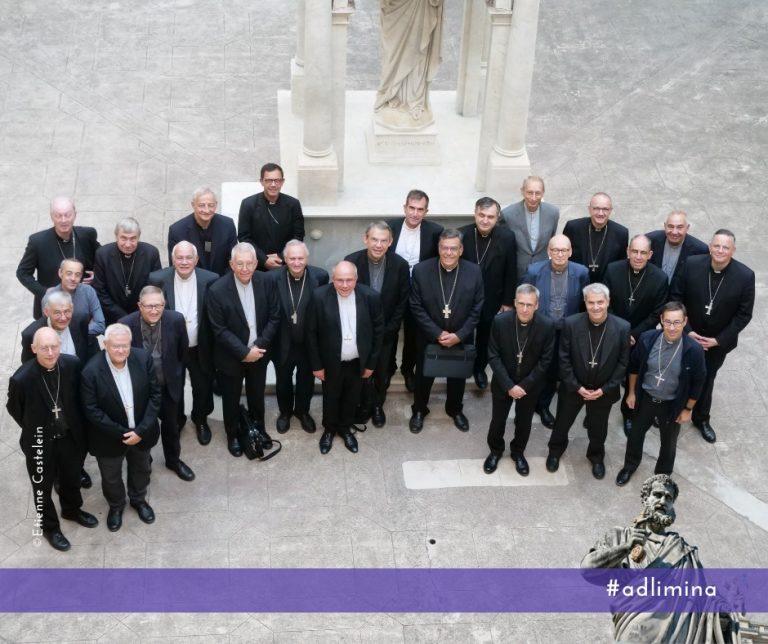 Francia: Tras escándalo se abusos sexuales piden la renuncia de todos lo obispos católicos