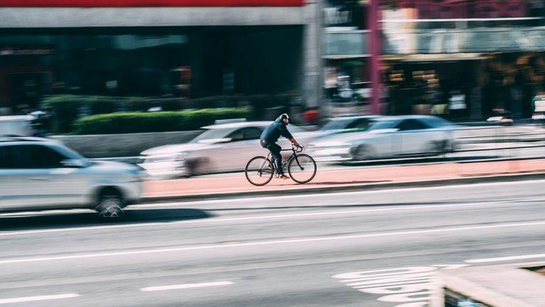 ¿Cómo adelantar a un ciclista?