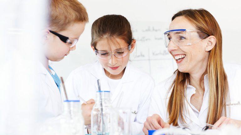 Henkel busca despertar el interés por las ciencias en los niños y niñas de Latinoamérica