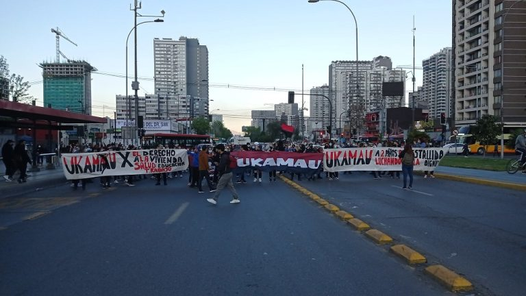 Celebraciones del 18-O parten con incidentes y barricadas en distintos puntos de la capital